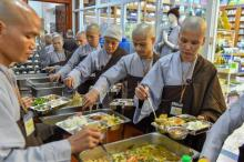 Chùm ảnh: Ăn cơm trong chánh niệm trưa ngày 14/09/2020