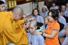 """Xúc động giây phút cạo tóc cho gần 100 hành giả trong lễ khai mạc khóa tu """"Xuất gia gieo duyên"""" lần 7 tại chùa Giác Ngộ"""