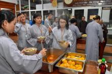 """Bữa ăn sáng đầu tiên trong khóa tu """"Xuất gia gieo duyên"""" (lần 7) tại chùa Giác Ngộ"""