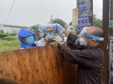 Quý thầy, Phật tử chùa Giác Ngộ đội mưa tặng 157 phần thuốc vẹn tròn yêu thương trong ngày Tết Đoàn viên
