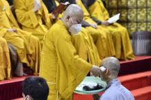 Cạo bỏ tóc đời, 2 thiện nam xuất gia tại chùa Giác Ngộ