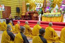 Hướng về Tổ đình Viên Minh, nơi kim quan đức Đệ tam Pháp chủ GHPGVN - Đại lão Hòa thượng Thích Phổ Tuệ chuẩn bị nhập Bảo tháp, Tăng đoàn chùa Giác Ngộ tụng kinh, niệm Phật, nhất tâm đảnh lễ