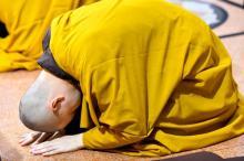 """""""Bụi sạch thì gương sáng"""": Lễ sám hối định kỳ tại chùa Giác Ngộ"""
