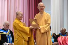 """TT. Thích Nhật Từ Nhận """"Giải Thưởng Nhà Giáo Dục Xuất Sắc"""" Từ Trường Đại Học Phật Học Quốc Tế, Thái Lan"""