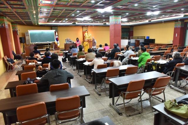 Thăm lớp học nghi lễ tại trụ sở của phái Thái Cổ