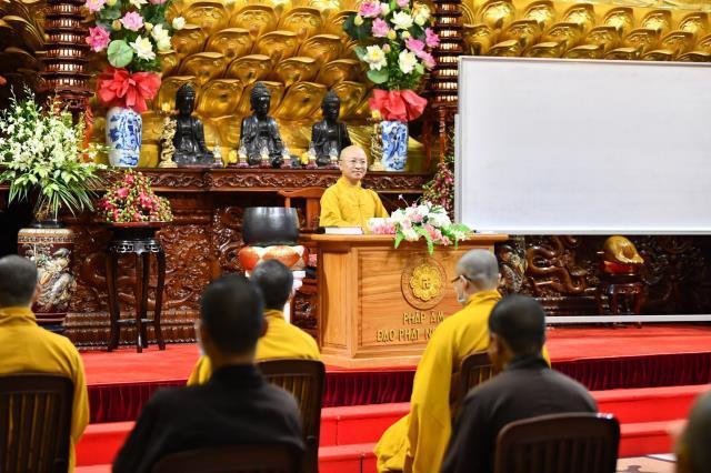 Đoàn Quỹ Đạo Phật Ngày Nay dâng lời tác bạch cúng dường tại trường hạ Chùa Long Thành.