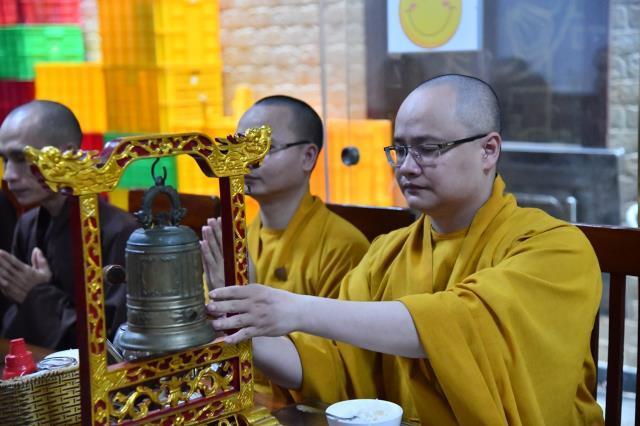 Đoàn Quỹ Đạo Phật Ngày Nay dâng lời tác bạch cúng dường tại trường hạ chùa Đại Giác.