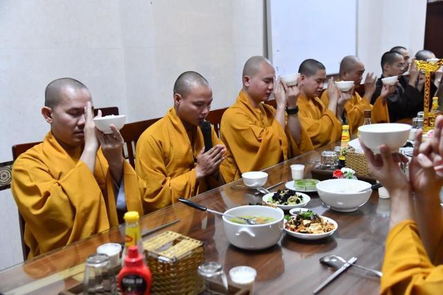 Đại diện Ban Điều hành cúng dường chư Ni tại trường hạ chùa Đại Giác.