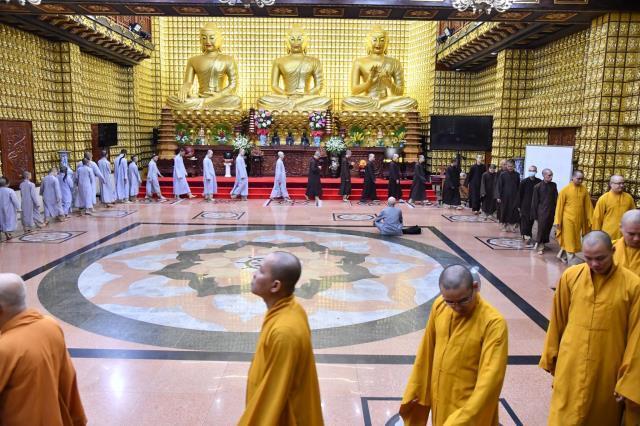 Đoàn Quỹ Đạo Phật Ngày Nay dâng lời tác bạch cúng dường tại trường hạ chùa Khánh Sơn.