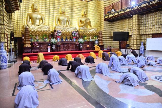 Đoàn Quỹ Đạo Phật Ngày Nay dâng lời tác bạch cúng dường tại trường hạ Bạch Vân Ni tự.