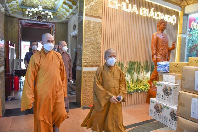 Phái đoàn Trung ương Giáo hội đã đến thăm chùa Giác Ngộ - nơi hiện đang hỗ trợ hơn ngàn phần thuốc và hàng trăm bình oxy mỗi ngày cho các F0
