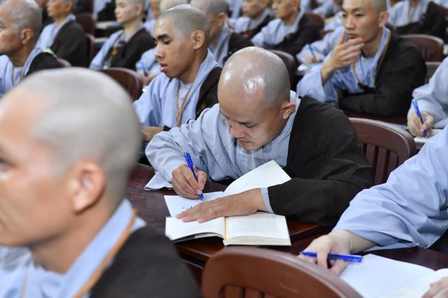 Bài giảng đầu tiên trong khóa tu Xuất Gia Gieo Duyên lần 8