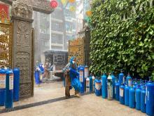 Mặc trời nắng mưa, gần 160 bình oxy vẫn được hỗ trợ để chờ đợi điều kỳ diệu