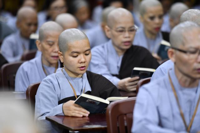 Thời Kinh khuya, thiền tọa và thiền hành đầu tiên trong khóa tu Xuất Gia Gieo Duyên lần 8