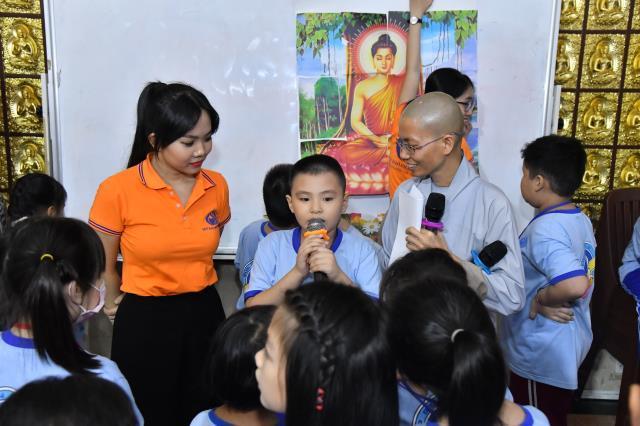 """Khóa tu Búp sen từ bi: """"Búp sen"""" thắp sáng điện Phật nhân kỷ niệm Phật thành đạo (08-12 AL)"""